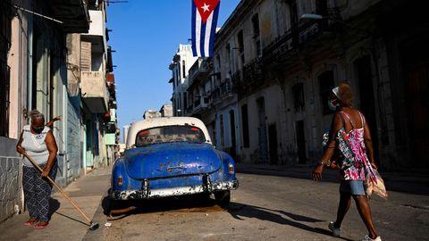 Havanna, Kuba. Spärlich geschmückte Straße zur Feier der kubanischen Revolution. Die begann vor genau 68 Jahren (zunächst symbolträchtig) an der Moncada Kaserne in Santiago de Cuba. Mittlerweile stehen die Nachfolger von Fidel Castro enorm unter Druck, zuletzt gingen die Kubaner gegen das Regime wieder auf die Straße.