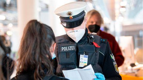 Die Bundespolizei kontrolliert am Flughafen Frankfurt Reisende