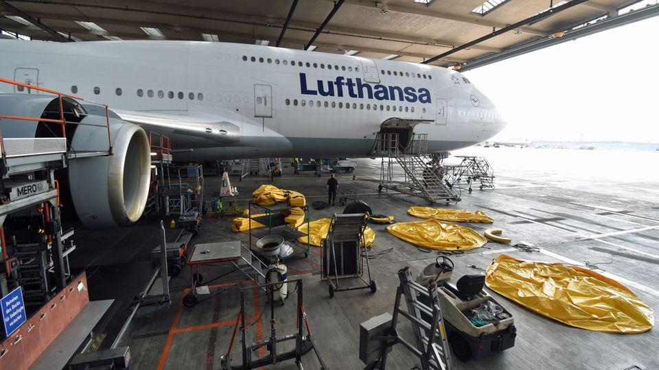 Eine Boeing 747-8 der Lufthansa in der Wartungsahlle