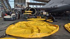 Abdeckungen der Triebwerke auf dem Hangarboden