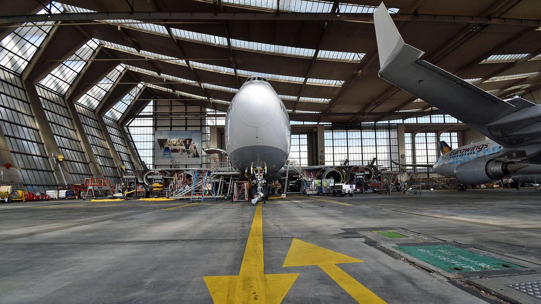 Eine von 19 Boeing 747-8 der Lufthansa in der 320 Meter breiten und 100 Meter tiefen Wartungshalle V am Frankfurter Flughafen.