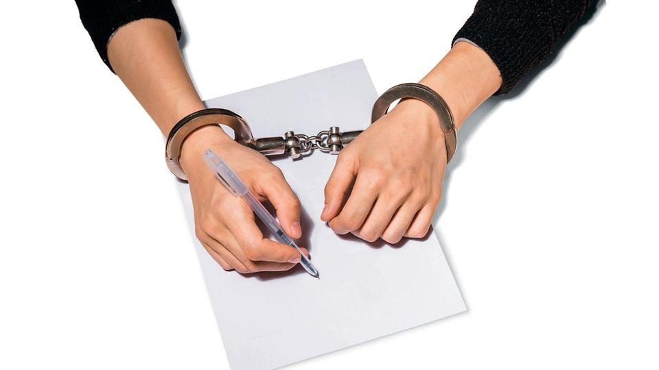 Mit Handschellen gefesselte Hände