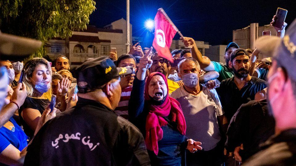 Anhänger des abgesetzten Ministerpräsidenten Mechichi protestieren vor dem Parlament in Tunis