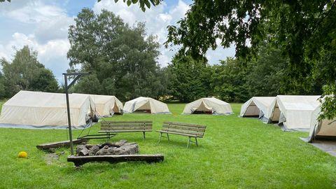 Eine Wiese mit Zelten