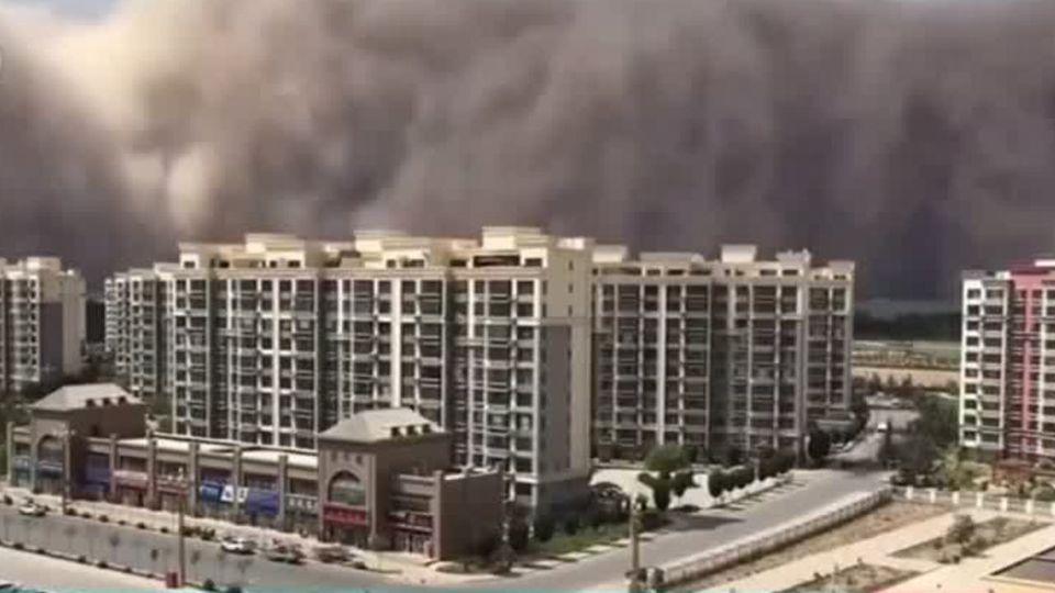 China: Gigantischer Sandsturm fegt durch Großstadt