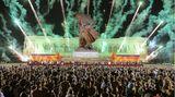 """Pjöngjang, Nordkorea. Zum Jahrestag des Endes des Koreakrieges steigt während einer Konferenz der Kriegsveteranen Feuerwerk vor dem """"Denkmal für den siegreichen Vaterländischen Befreiungskrieg"""" auf."""