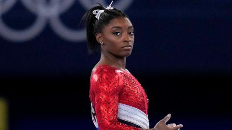 Simone Biles wartet auf ihren Auftritt am Sprung während des Finales der Kunstturnerinnen bei den Olympischen Spielen