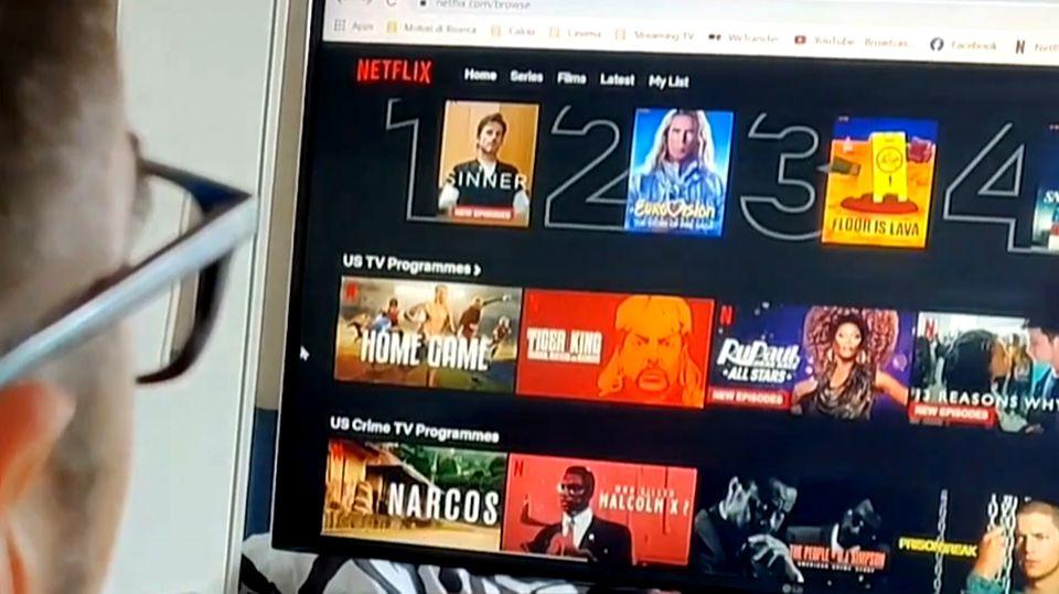 Ein Mann sucht nach Filmen und Serien auf Netflix