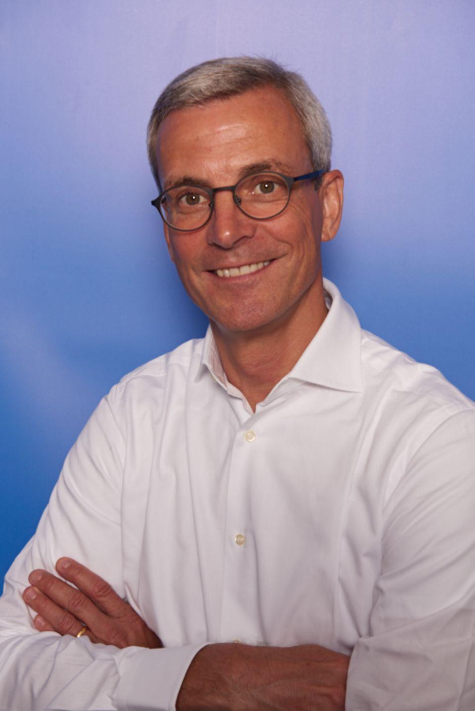 Dr. Andreas Schlosser ist Partner bei der Strategieberatung Arthur D. Little. Er ist Automobilexperte, insbesondere für Elektromobilität. Ein Augenmerk seiner Arbeit liegt auf den Entwicklungen im chinesischen Markt und den Ambitionen der fernöstlichen Wettbewerber
