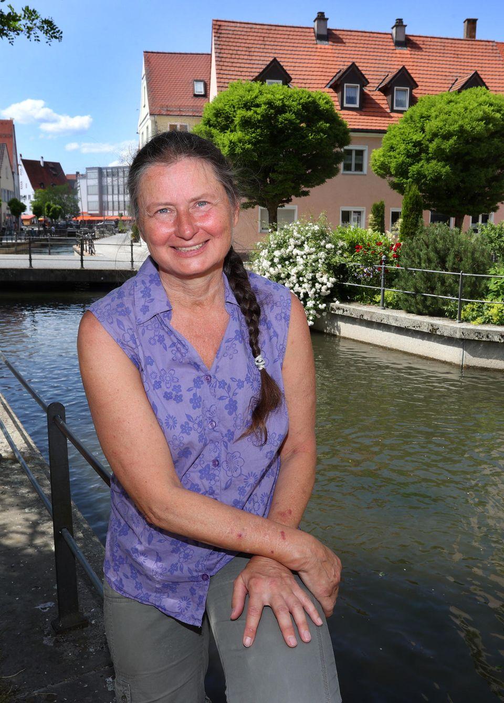 Christiane Renz' Schuhe stehen schon bereit. Sie möchte nächstes Jahr beim jährlichen Fischertag in den Memminger Stadtbach springen. Dafür ist sie vor Gericht gezogen.