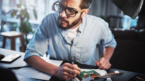 Raspberry-Pi-Projekte: Ein Mann schraubt an einem kleinen Computer.