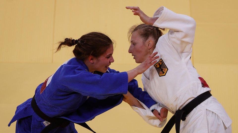 Martyna Trajdos (r) aus Deutschland in Aktion gegen Szofi Zbas aus Ungarn