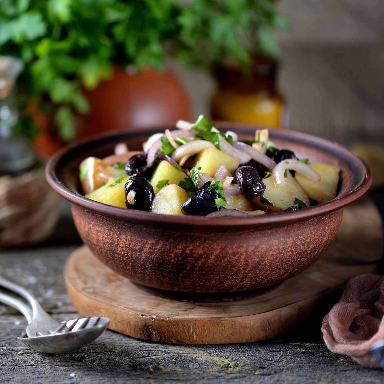 Griechischer Kartoffelsalat Rezept für mediterranen Genuss   STERN.de