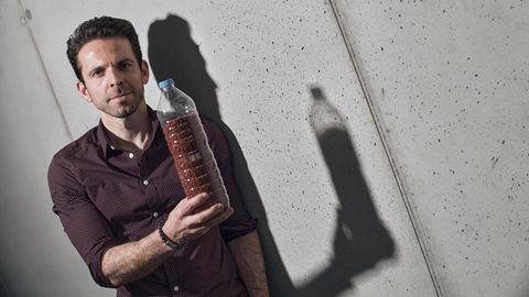 cirplus-Gründer Christian Schiller mit einer Plastikflasche voll recyceltem Kunststoff