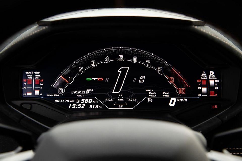 Auch beim Lamborghini Huracán STO beschränken sich die Italiener bei den Anzeigen auf das Wesentliche