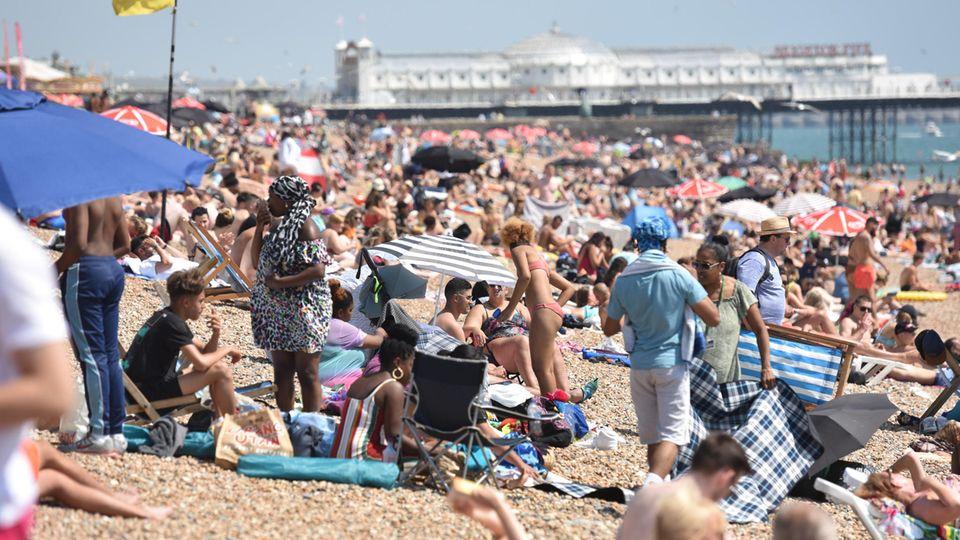 In Brighton ist der Strand seit der Lockerungen der Corona-Regeln wieder gut besucht