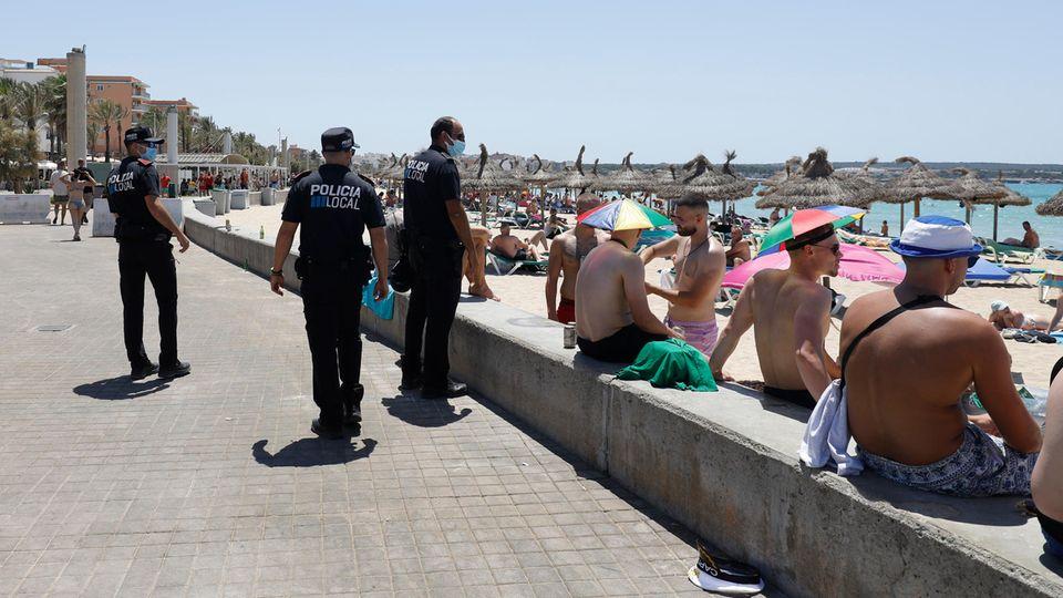Polizisten patrouillieren am Strand von Arenal