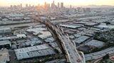 Los Angeles, Kalifornien. DieLuftaufnahme zeigt die Bauarbeiten am Sixth-Street-Viadukt, derdas Stadtviertel Boyle Heights mit dem Zentrum von L.A. verbindet. Derursprüngliche Viadukt wurde 1932 gebaut und 2016 abgerissen, nachdem erals nicht erdbebensicher eingestuft worden war.