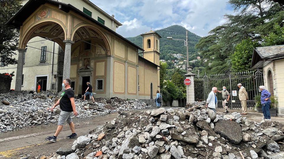 Der Schutt wurdem vom Unwetter bis in die Stadt Cernobbio gespült. Auch Teile am Westufer des Comer Sees von den starken Regenfällen betroffen.
