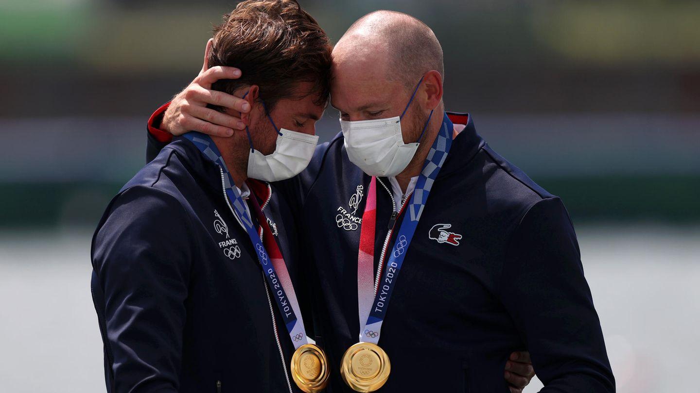Die Goldmedaillengewinner Matthieu Androdias und Hugo Boucheron aus Frankreich posieren mit ihren Medaillen