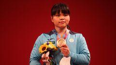 Die KasachinZulfiya Chinshanlo zeigt ihre Bronzemedaillebei der Siegerehrung im Gewichtheben der Frauen in der 55 kg Gruppe