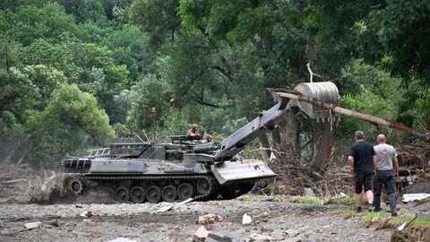 Ein Bundeswehrpanzer räumt Schutt weg