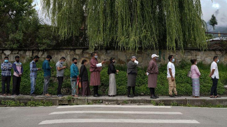 Menschen stehenin Bhutans Hauptstadt Thimpu in der Schlange, um sich gegen das Coronavirus impfen zu lassen