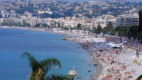 """Der Strand an der """"Promenade des Anglais"""" in Nizza ist voll"""