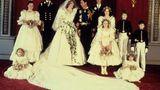 Was bleibt, sind Bilder wie dieses: Diana und Charles strahlend mit denjüngsten Gäste ihrerHochzeit inklusive der Blumenmädchen.