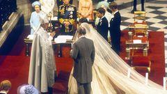 Traditionellwerden die Königshausmitglieder vom Erzbischof von Canterbury getraut. In der erste Reihe blicken die Queen und die mittlerweile verstorbenen Royals Prinz Philip und Queen Mum auf das Brautpaar.