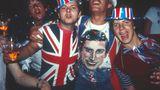 Bis in die späten Abendstunden feierte das britische Volk Charles und Diana. In London waren die Pubs voll mit Fans der Royals.