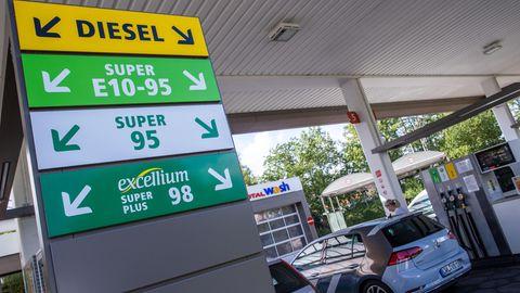 Autos stehen an einer Tankstelle