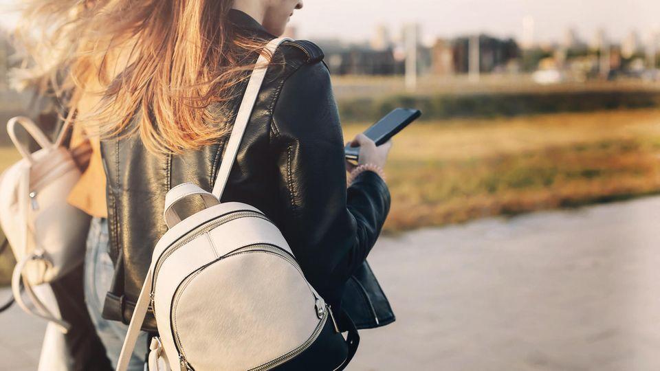 Eine Frau schaut auf ihr Smartphone