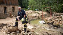 Kai Bigge, 50, Versicherungskaufmann und Leiter der Freiwilligen Feuerwehr, Bad Schandau in Sachsen  Einsatzorte: Bad Schandau und Umgebung  Kai Bigge und das Wasser – das ist eine eigene Geschichte: Bigge war gerade in die Sächsische Schweiz gezogen, hatte ein halbes Jahr lang das Haus renoviert, als im August 2002 die Flut kam. 1,60 Meter hoch stand die Elbe in seinem Wohnzimmer. Die Feuerwehr rettete ihn, seine hochschwangere Frau und den damals zwei Jahre alten Sohn. Danach trat Bigge selbst der örtlichen Feuerwehr bei. Seit 2007 leitet er sie und hat seither sechs Hochwasser miterlebt, darunter die große Überschwemmung 2010.  Jetzt hatte Bad Schandau Glück. Es kam längst nicht so viel Wasser vom Himmel wie im Westen der Republik, aber auch hier gab es Starkregen, kleine Flüsse traten über die Ufer. Bigge und seine Leute platzierten Sandsäcke, warnten die Bevölkerung, hielten die Pegel im Auge. Sie hatten kleinere Rettungseinsätze und kümmerten sich um vollgelaufene Keller und zerstörte Schutzmauern. Insgesamt kam der Ort mit Sachschäden in mittlerer Höhe davon, für die Kommune werden es wohl um die fünf Millionen Euro.  Bei seinem Arbeitgeber gehört Bigge aufgrund seiner Erfahrung einer Hochwasser-Taskforce an. Die Versicherung wollte ihn deshalb nach der Flutkatastrophe gleich zur Schadensaufnahme in die Eifel schicken – doch Bigge hatte erst mal noch mit Aufräumarbeiten in Bad Schandau zu tun. Sechs Tage nach dem Unwetter fand die Abiturfeier seiner Tochter statt. Selbst die hätte Bigge fast verpasst. Er schaffte es nur, weil er darum bat, direkt vom Einsatzort hinfahren zu dürfen. Er war dann in Uniform dabei.