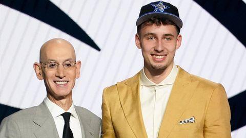 Franz Wagner (r.) posiert für ein Foto mit NBA-Kommissar Adam Silver