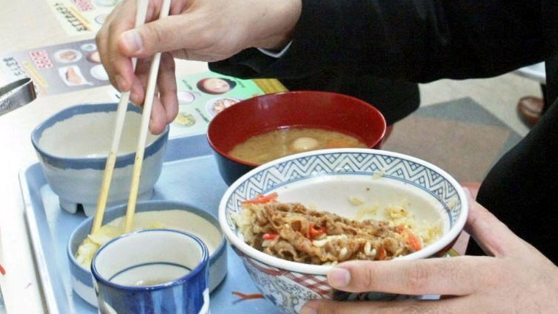 Ein Kundeisst in einem Lokalin Tokio ein beliebtes einheimisches Rindfleisch-Gericht