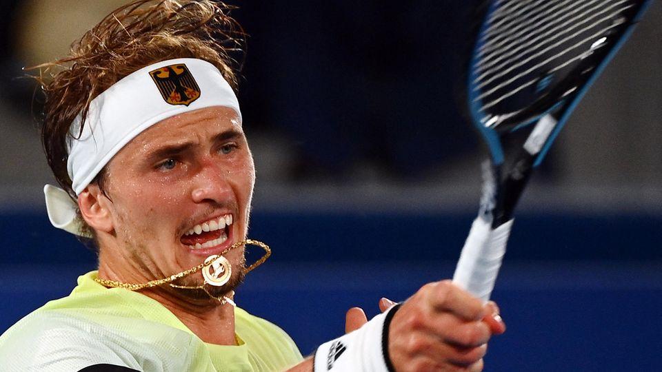 Alexander Zverev schlägt mit voller Wucht den Ball