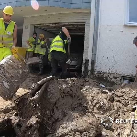 Nach Flutkatastrophe: Aufräumen in Ahrweiler: Syrische Flüchtlinge helfen Flutopfern