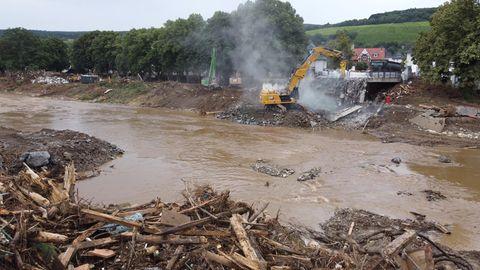Abriss einer Brücke nach der Flutkatastrophe in Ahrweiler