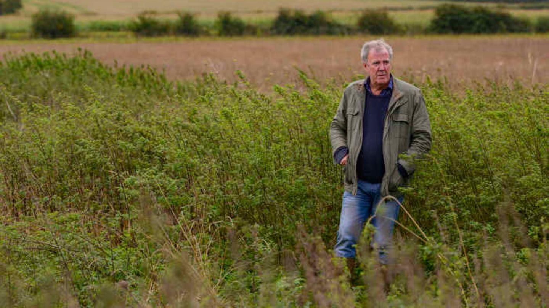 Moderator Jeremy Clarkson inmitten seiner Felder