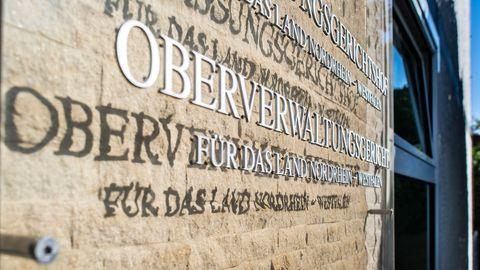 Schild am Oberverwaltungsgericht, diverse Schriftzüge an einer Wand