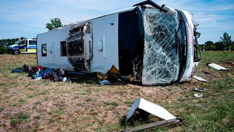 Ein Reisebus liegt auf der Seite, die Windschutzscheibe ist zersplittert
