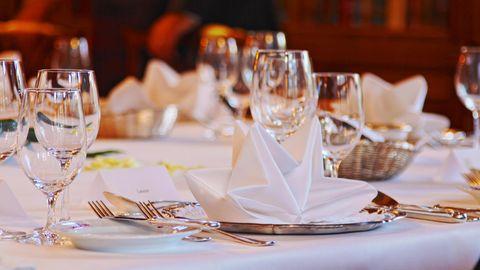 Ein fein gedeckter Tisch in einem Restaurant