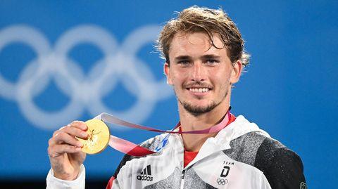 Stolz präsentiert Alexander Zverev bei der Siegerehrung seine Goldmedaille