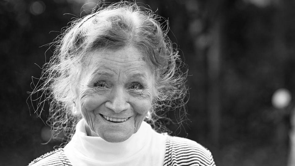 Ingrid Fröhlich lächelt auf einem schwarz-weiß Bild in die Kamera