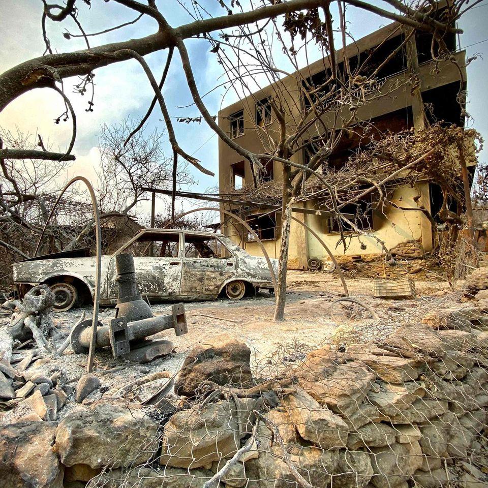 Manavgat, Türkei. Ein ausgebranntes Haus, ein Autowrack: Das ist das Werk der schlimmsten Brände seit gut einem Jahrzehnt im Süden des Landes.Mindestens sechs Menschen starben bisher, hunderte mussten evakuiert werden, Einheimische ebenso wie Urlauber.