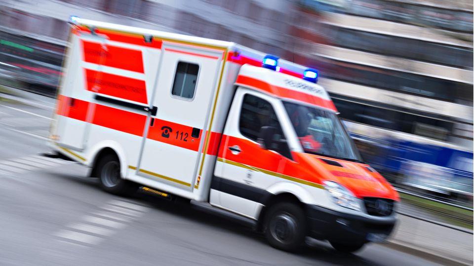 News: Rettungswagen in Fahrt (Symbolbild)