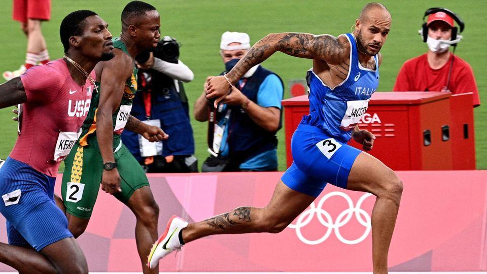 Italiens Lamont Marcell Jacobs (r.), der Südafrikaner Akani Simbine (M.) und Fred Kerley im Kampf um die Olympiaedaillen