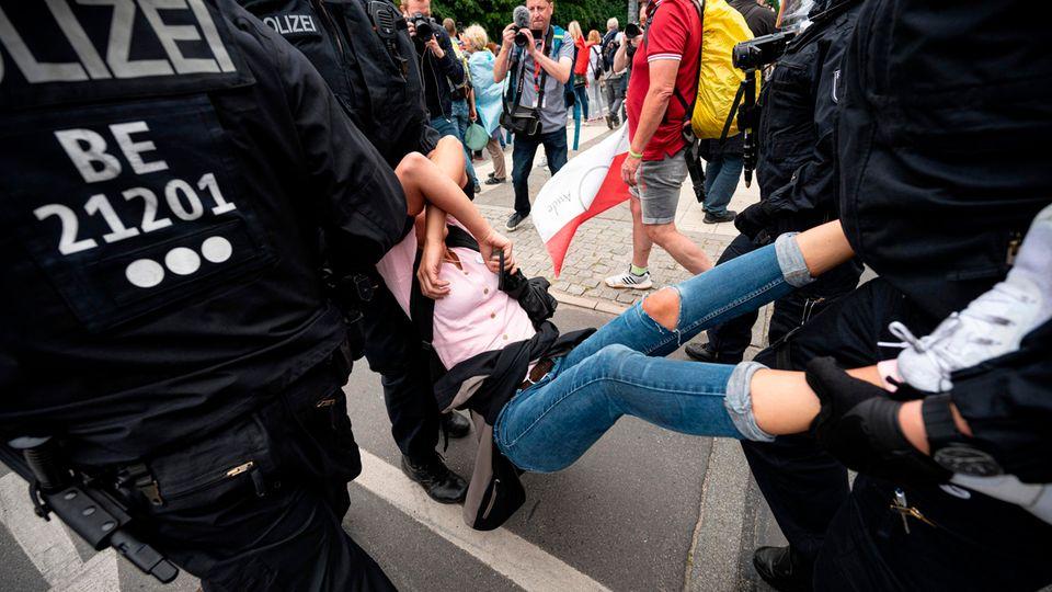 Berlin: Die Polizei nimmt eine Demonstrantin bei einer unangemeldeten Demonstration an der Siegessäule fest