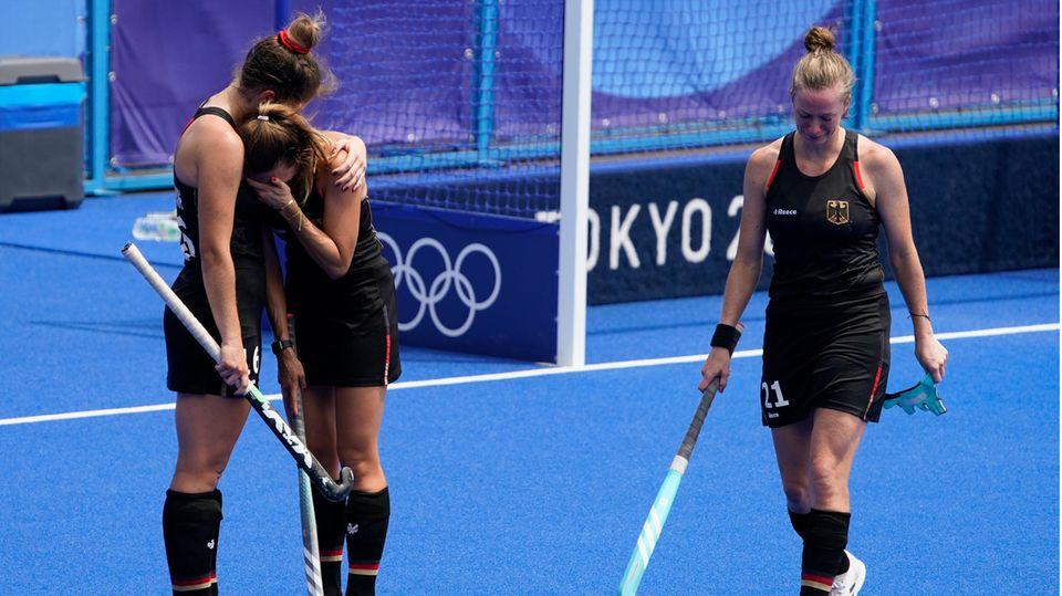 Hockey-Spielerin Sonja Zimmermann (l.) umarmt Anne Schröder nach der Niederlage gegen Argentinien